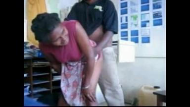 Il baise une femme plus agée que lui dans son bureau