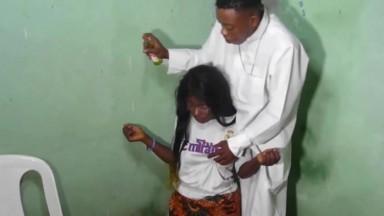 Un pretre guerrisseur baise sa patiente