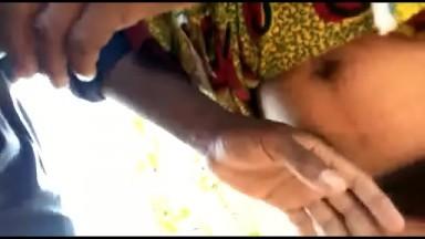 Baise amateur avec une villageoise poliue en plein foret