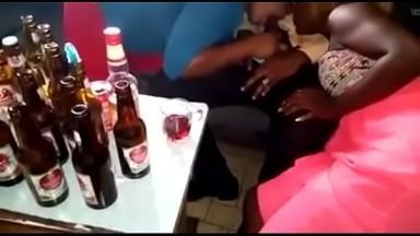 Deux putes le suce discretement  en meme temps dans le bar