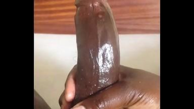 Il se masturbe et ejacule sur sa main